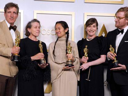 Peter Spears, Frances McDormand, Chloe Zhao, Mollye Asher y Dan Janvey, el equipo de 'Nomadland', con la estatuilla a la mejor película.