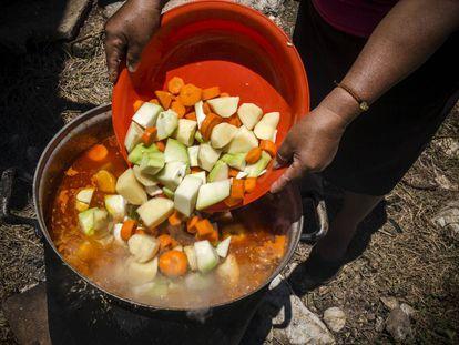 Unas mujeres preparan la comida en Chiapas (México).