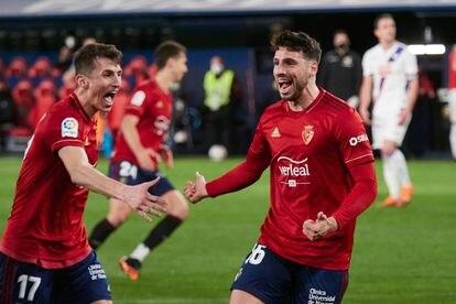 Budimir celebra con Calleri el gol que dio a Osasuna la victoria ante el Eibar este domingo en El Sadar.