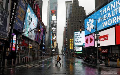 Un peatón cruza por Times Square, uno de los espacios más representativos de Nueva York.