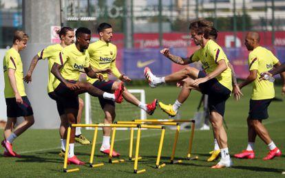 Los jugadores del Barcelona, durante el primer entrenamiento con grupos de 14 jugadores celebrado este lunes. EFE/ FC Barcelona / Miguel Ruiz