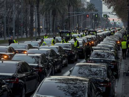 Coches de Uber y Cabify en la Diagonal.