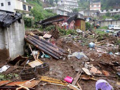Elementos de diversas corporaciones de auxilio se encuentran en las zonas afectadas de Veracruz y Puebla realizando tareas de rescate