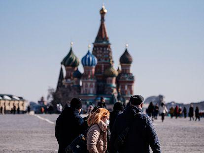 Un grupo de ciudadanos pasea por la Plaza Roja de Moscú frente a la Catedral de San Basilio, el pasado martes.