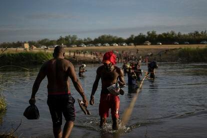Migrantes haitianos cruzan el Río Bravo entre Del Río (Texas) y Ciudad Acuña (México) el 22 de septiembre de 2021.