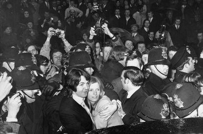 La policía intenta impedir que fotógrafos y seguidores se acerquen a Paul McCartney y Linda Eastman el día de su boda civil. Fue en marzo de 1969. Pocos meses después, John Lennon anunciaría a sus compañeros que quería dejar la banda.