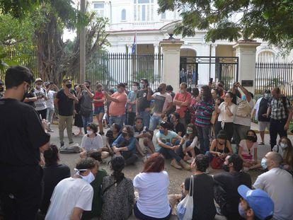 Un grupo de artistas e intelectuales se congrega frente al Ministerio de Cultura en La Habana, este viernes.