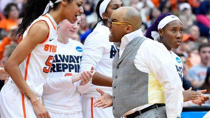 Quentin Hillsman se dirige a la jugadora Briana Day, durante un partido de Syracuse Orange en la liga universitaria estadounidense. Getty
