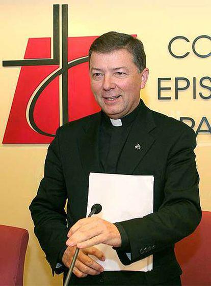 El portavoz de la Conferencia Episcopal, Juan Antonio Martínez Camino, presenta el documento.