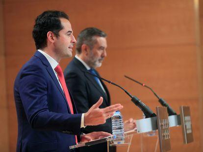 Ignacio Aguado y Enrique López, tras el Consejo de Gobierno, esta mañana en Madrid.