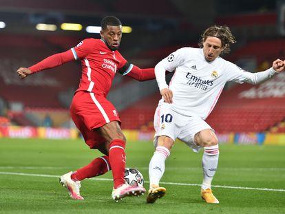 Wijnaldum trata de regatear a Modric durante el Liverpool-Real Madrid disputado el pasado miércoles en Anfield.  / (EFE/EPA)