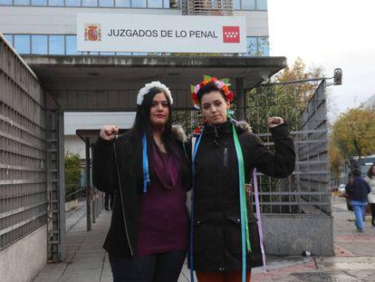 Carlota Canoas y Ana Urbina, activistas de Femem, en la entrada del juicio  contra ellas por encadenarse en un crucifijo de La Almudena