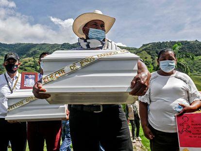 Familiares de víctimas de ejecuciones extrajudiciales despiden a sus parientes en Dabeiba, Antioquia.