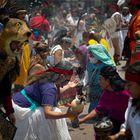 MEX30. CIUDAD DE MÉXICO (MÉXICO), 02/07/2021.- Danzantes participan en una ceremonia con motivo del Paso Cenital del Sol, el 17 de mayo de 2021, en el Zócalo de Ciudad de México (México). La normalidad ha vuelto al corazón de la capital mexicana. Y con ella los turistas, los bailarines al sol y los ritos indígenas que hacen de esta plaza una de las más visitadas de Latinoamérica. EFE/ Carlos Ramírez