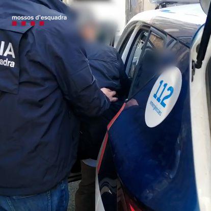 Detención del 'maestro iluminado', el supuesto líder de una secta en Barcelona.