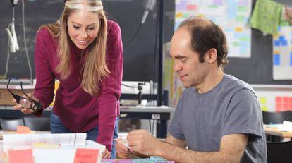 Dos alumnos de Ingeniería (uno de ellos, a la derecha, con Asperger) repasan notas en un laboratorio.