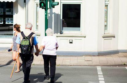 Una pareja cruza un paso de peatones en Alemania.