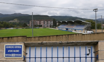 Above, view of the Urritxe stadium, in Amorebita.  In the lower part, detail of the entrance of the field with the maximum capacity.
