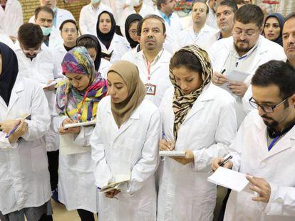 Periodistas iraníes en la planta de enriquecimiento de uranio de Fordow la semana pasada