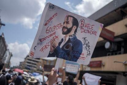 Miles de manifestantes salieron a las calles de San Salvador.