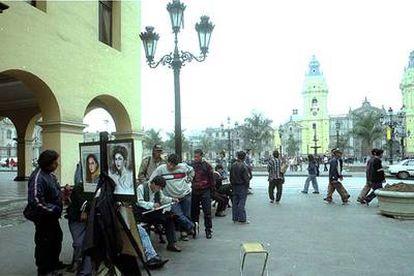 Vida callejera en la plaza de Armas de Lima, Perú.