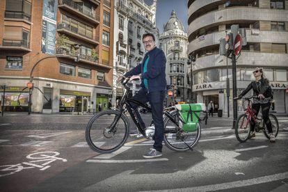 Giuseppe Grezzi en su bicicleta por Valencia.