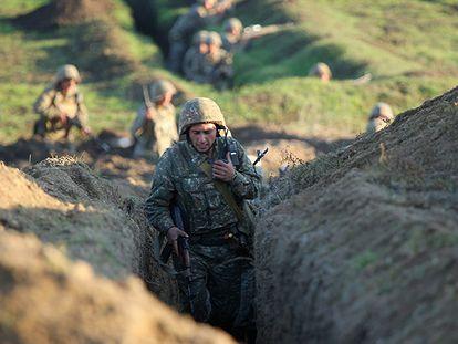 Un soldado armenio toma posiciones en Tavush, el martes.
