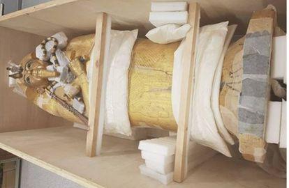 Ataúd de madera dorado de Tutankamón embalado.