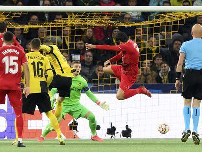 Moreno remata de forma acrobática para firmar el segundo gol del Villarreal.