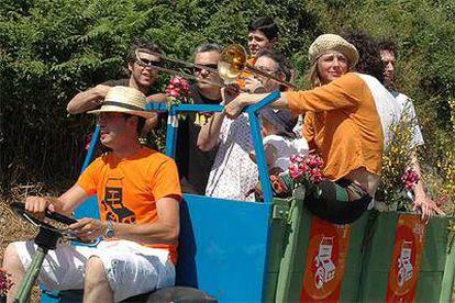 La actriz Emma Suárez, en uno de los <i>chimpines</i> del festival de Cans (Pontevedra) el pasado sábado. Frente a ella, el músico gallego Iván Ferreiro; detrás, el argentino Andy Chango y los músicos de su grupo.