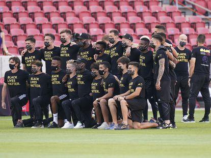 Los jugadores de Los Angeles FC, con camisetas con el lema 'Black Lives Matter', este miércoles poco antes de que se suspendiera su partido ante el Real Salt Lake en Sandy, Utah.