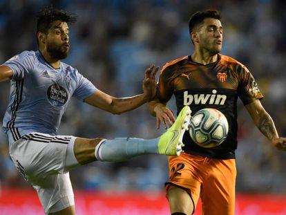 Araujo pugna con Maxi Gómez.