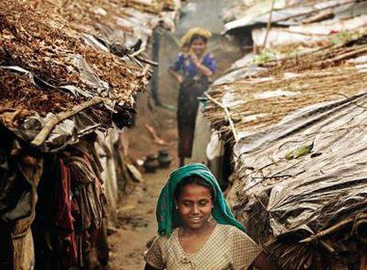 Trabajar o escapar En Kutupalong (Bangladesh) son las refugiadas rohinyas quienes trabajan. Los hombres intentan emigrar a Malaisia o embarcan en naves de pesca tailandesas.