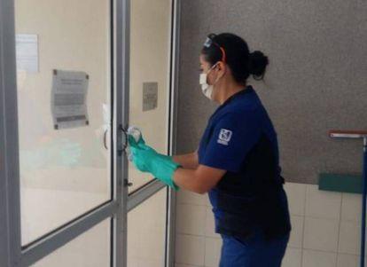 Una trabajadora limpia un hospital del IMSS en Baja California Sur, México.