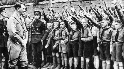 Una falange de pequeños entusiastas saluda a Hitler en Leipzig, en 1932.