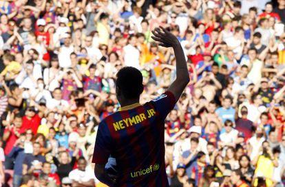 Neymar saluda a los aficionados en las gradas del Nou Camp el día de su presentación.