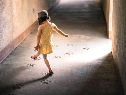 Una niña juega en un túnel.