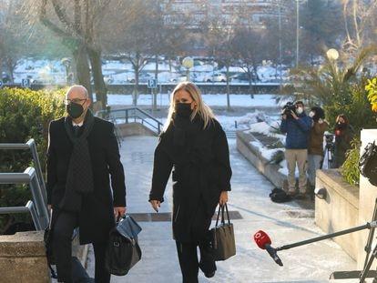 La expresidenta de la Comunidad de Madrid, Cristina Cifuentes, acompañada de su abogado, José Antonio Choclán, se dirige a la Audiencia Provincial de Madrid este lunes.