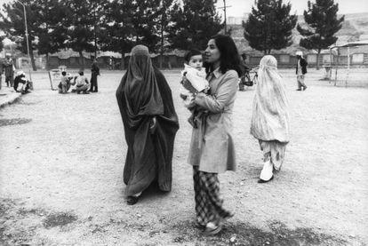 Una mujer vestida de forma occidental en la ciudad de Herat, en 1980.