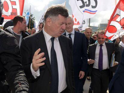 Augustin de Romanet, jefe de Aéroports de Paris, junto al ministro de Economía, Bruno Le Maire, la semana pasada en medio de una protesta sindical
