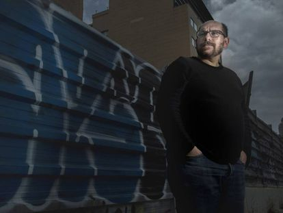 El periodista Javier Blánquez posa en una calle de Barcelona.