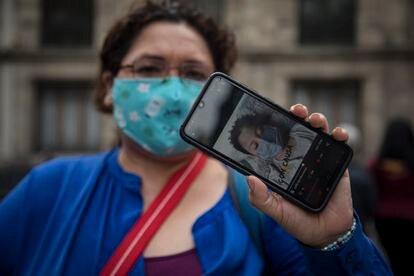 Elena García, madre de un niño con leucemia, muestra una fotografía de un paciente antes de entrar a Palacio Nacional.