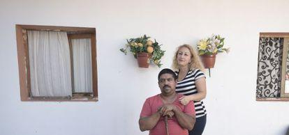 Una pareja que se casó con 16 y 17 años en el corral de su casa en Zaragoza.