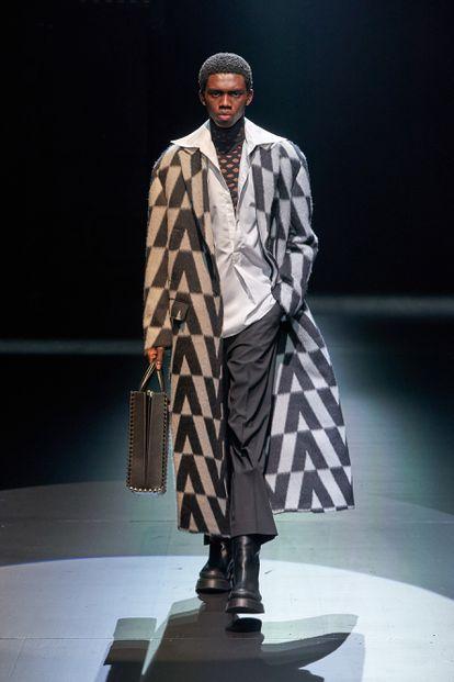 Uno de los modelos incluidos en el desfile de la colección Act de Valentino.