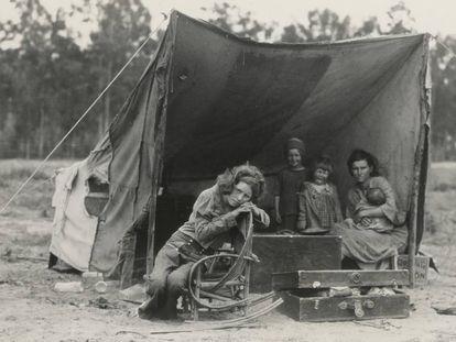 Esta familia migrante de agricultores fue retratada por la prestigiosa fotógrafa Dorothea Lang en 1936 en Nipomo, California, Estados Unidos. Por entonces, la pobreza azotaba a la población migrante que llegaba a Estados Unidos buscando cumplir un sueño y se encontraba con decenas de obstáculos. Décadas después, sabemos que casi la mitad de las empresas de éxito del país son o fueron fundadas por inmigrantes.