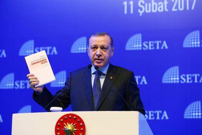 El presidente turco da un discurso en defensa de la reforma constitucional y el nuevo sistema presidencialista en Estambul este sábado