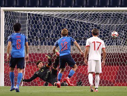 Ritsu Doan anota de penalti frente a Guillermo Ochoa.