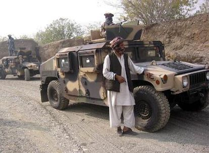 Milicianos paquistaníes, con los dos vehículos blindados de los que se apoderaron en la frontera afgana.