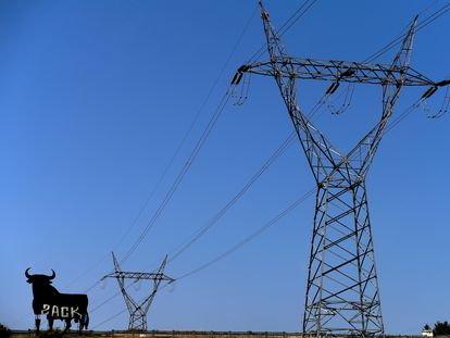 Torretas de alta tensión en la localidad poleas de El Berrón, Asturias.