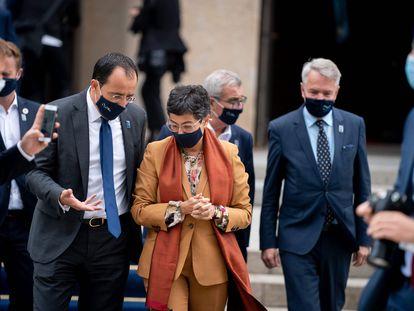 La ministra de Exteriores, Arancha Gonzales Laya, habla con su homólogo de Chipre, Nikos Christodoulides, en Berlin, el pasado agosto.